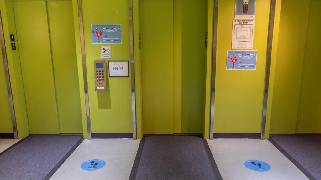 高级的监控录像显示,在电梯里,在地板上,